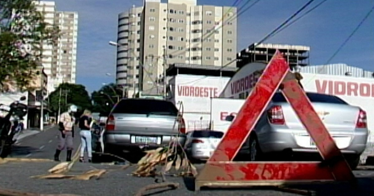 Engavetamento congestiona o trânsito em bairro de Divinópolis - Globo.com