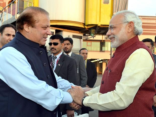 Os primeiros-ministros do Paquistão, Nawaz Sharif (esquerda), e da Índia, Narendra Modi, se cumprimentam em Lahore, no Paquistão, na sexta (25) (Foto: AFP Photo/ Press Information Department )