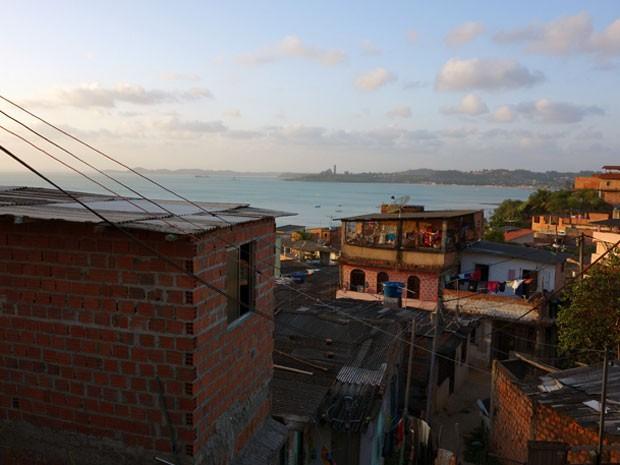 Vista da casa de Margareth Rios, localizada em uma região carente de Salvador (Foto: Egi Santana/G1)