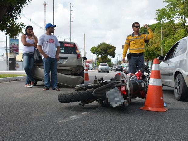 Acidente entre carro e moto prejudicou o trânsito na Epitácio Pessoa (Foto: Walter Paparazzo/G1)