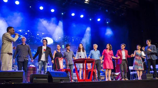 Mateus Solano e todos os convidados do evento que fez a retrospectiva de Responsabilidade Social da Globo em 2014 (Foto: Aline Massuca/Globo)