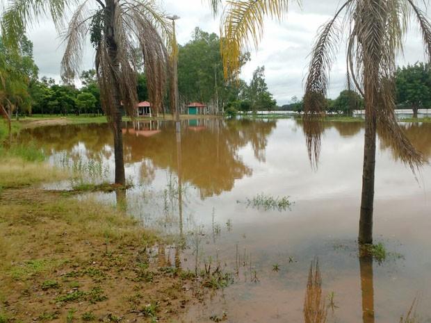 Área perto da barragem ficou alagada (Foto: Cedida)