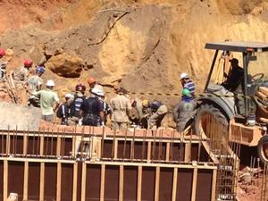 Três funcionários ficaram soterrados (Foto: Walter Paparazzo/G1)