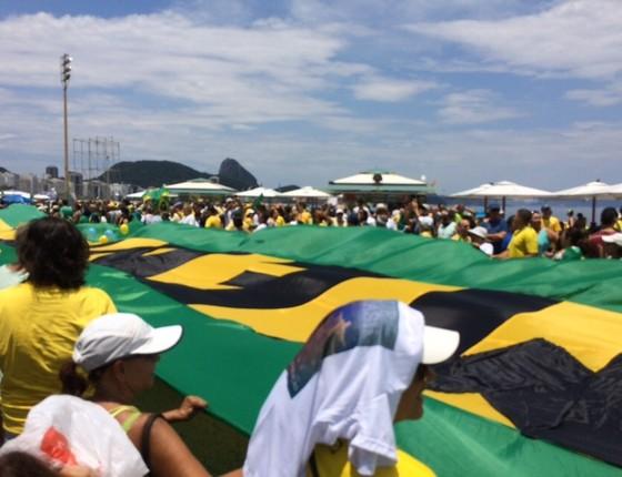 Bandeira pró-impeachment na praia de Copacabana, no Rio. Os manifestantes protestam contra Dilma, Lula e Cunha (Foto: Samantha Lima)