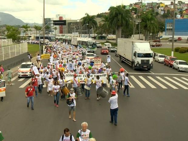 Grupo saiu do Tancredão e se dirigiu ao Palácio da Fonte Grande, Espírito Santo. (Foto: Roberto Pratti / TV Gazeta)