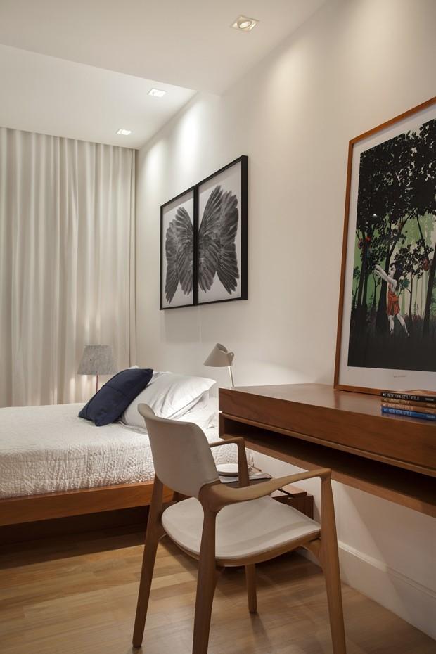 O quarto do casal ganhou cama, mesa e criado-mudo projetados pelo escritório InTown e executados pela marcenaria Móveis Ferreira (Foto: MCA Estúdio/Divulgação)