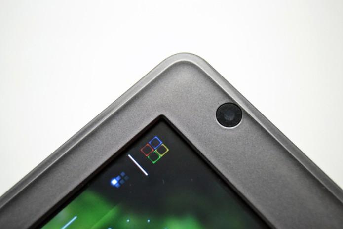 Canto do tablet DL HD7, com uma câmera embutida (Foto: Stella Dauer)