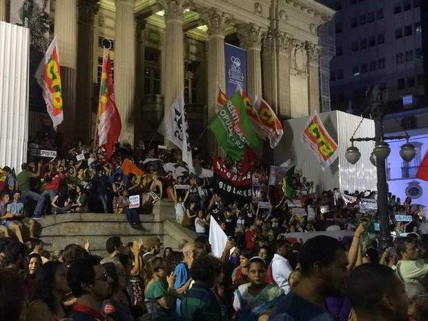 Em protesto contra o processo de impeachment da presidente Dilma Rousseff, manifestantes ocuparam as escadarias da Alerj, no Centro do Rio (Foto: Nicolás Satriano/G1)