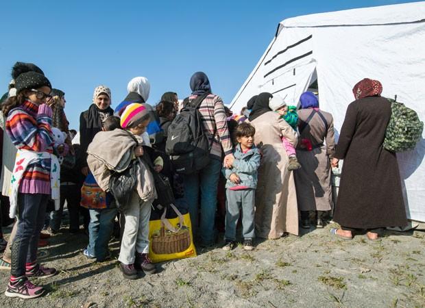Refugiados aguardam por exames médicos após sua chegada a Schoeneberg, perto de Berlim, nesta quinta-feira (10) (Foto: Patrick Pleul/DPA/AFP)