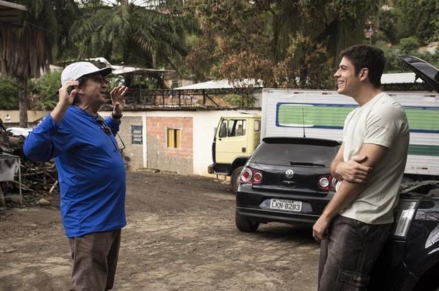 O diretor Paulo Thiago com Marco Pigossi nos bastidores do filme 'A última chance' (Foto: Divulgação)