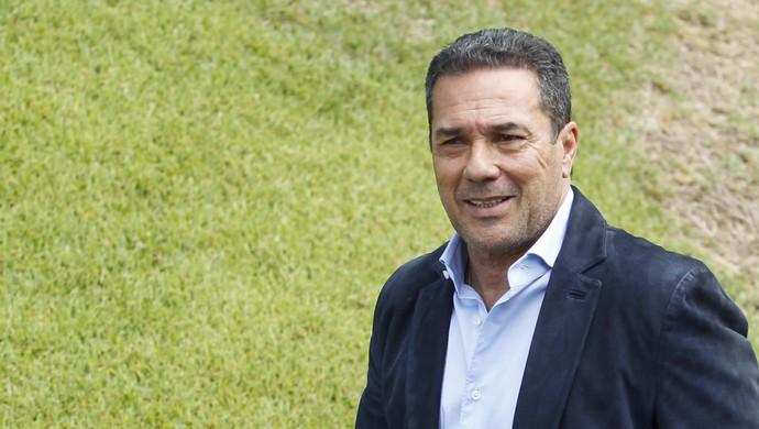 Vanderlei Luxemburgo, na Toca da Raposa, para ser apresentado como novo técnico do Cruzeiro (Foto: Washington Alves/Light Press/Cruzeiro)