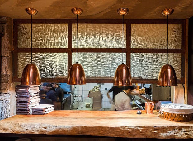 Passa-pratos de madeira rústica do Nino Cucina, à vista da clientela: estilo cálido e caseiro, do salão aos pratos (Foto: Lufe Gomes / Editora Globo)