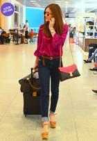 Look do dia: Marina Ruy Barbosa combina jeans com rosa-choque