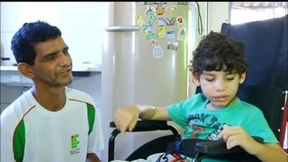 Criança com doença rara de envelhecimento precoce está sem receber medicamento do estado