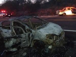 Criminosos teriam incendiado carros usados na fuga  (Foto: Nain Neto/ Arquivo Pessoal)