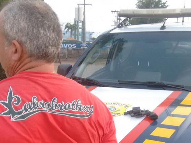 Homem carregava consigo um revolve 38 e mais seis munições na BR-222, em Marabá (Foto: Ascom/ PRF)