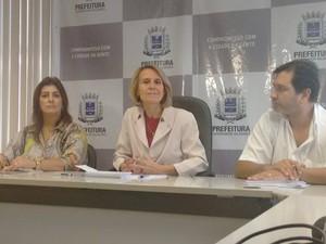 Prefeita Elisa Costa (Centro) anunciou início do processo de federalização do Hospital Municipal. (Foto: Diego Souza/G1)