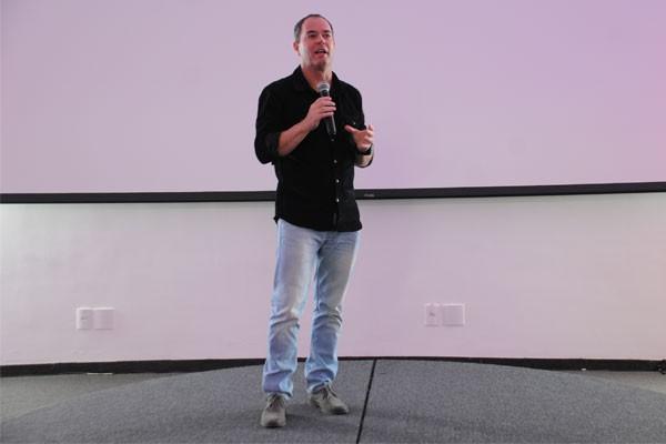 Apresentador do Planeta Extremo, Clayton Conservani faz palestras para colaboradores da TV Integração (Foto: Luciana Santos)