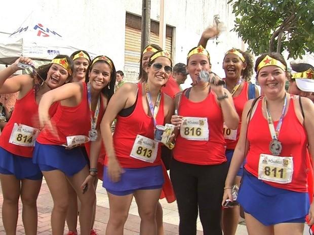 Garotas correm fantasiadas de Mulher Maravilha (Foto: TV Verdes Mares/Reprodução)