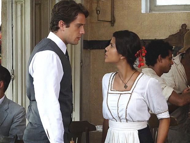 Albertinho pressiona Gilda e diz que larga tudo se ela quiser (Foto: Lado a Lado / TV Globo)