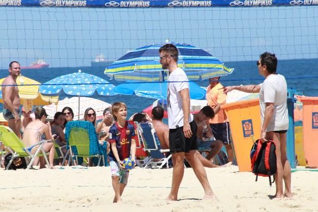 Fernanda Lima com familia na Praia (Foto: Delson Silva dos Santos)