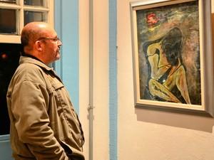 Visitante confere obra da exposição Memória e emoção - Acervo do PAC, em Barra Mansa (Foto: Sergio Fortuna/Prefeitura Barra Mansa)