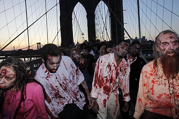 Atores fantasiados de zumbis promovem a estreia de Halloween da série 'The Walking Dead' ao longo da Ponte do Brooklyn, em Nova York, em 26 de outubro de 2010 (Foto: Seth Wenig/AP)