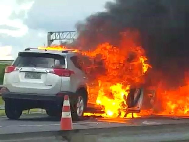 Colisão entre dois veículos deixa dois morto na Rodovia dos Bandeirantes (Foto: Vânia Vaccari / EPTV)