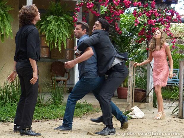 Hélio precisa segurar Cassiano para acabar com a briga (Foto: Flor do Caribe / TV Globo)