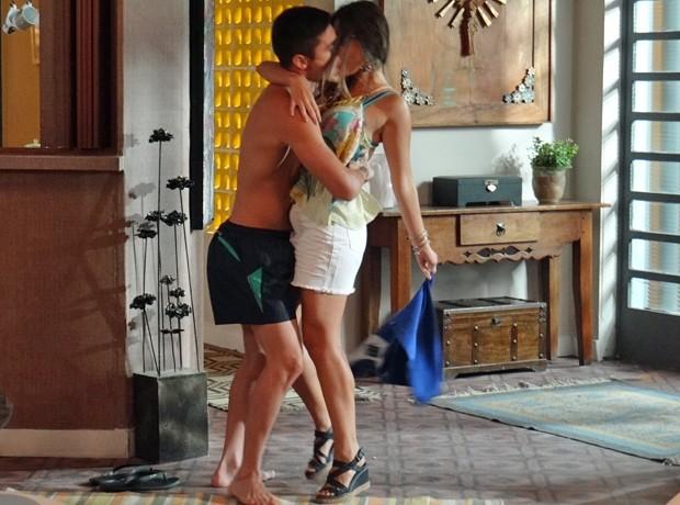 Bélgico dá o bote no ex-namorado da amiga! (Foto: Gabriela Freitas / Gshow)
