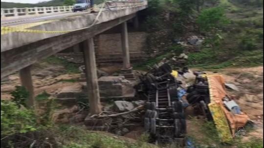Reboque e caminhão caem de ponte no Ceará; 1 morre e 6 ficam feridos