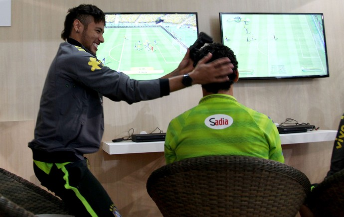 Neymar e Fred concentração Seleção CT (Foto: Mowa Press)