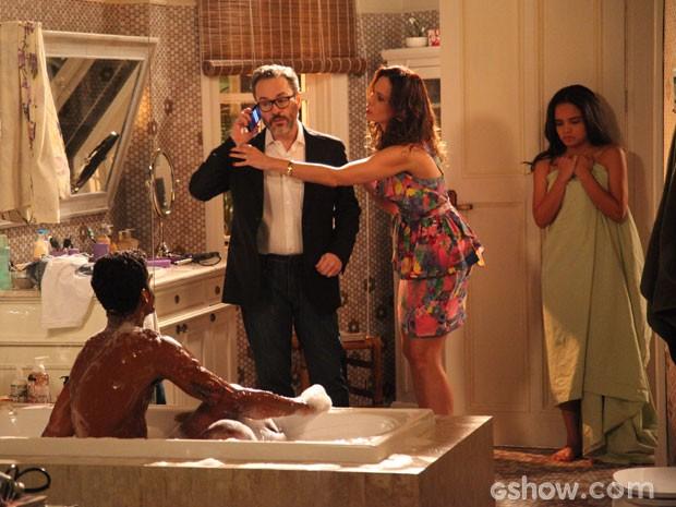 Fernando quer ligar para a polícia, mas Juliana não deixa (Foto: Carol Caminha/ TV Globo)