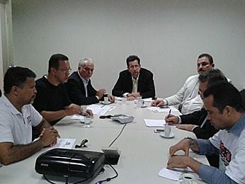 Reunião entre sindicalistas e representante do governo de Pernambuco (Foto: Luna Markman / G1)