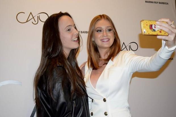 Marina Ruy Barbosa faz selfie com fã (Foto: Pablo Amora / Assessoria de Imprensa)