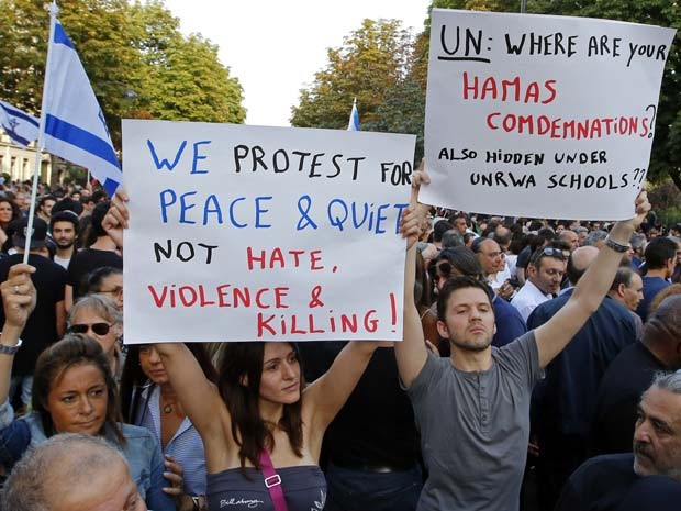 Manifestantes pró-Israel saem às ruas de Paris nesta quinta-feira (31) (Foto: AP Photo/Francois Mori)