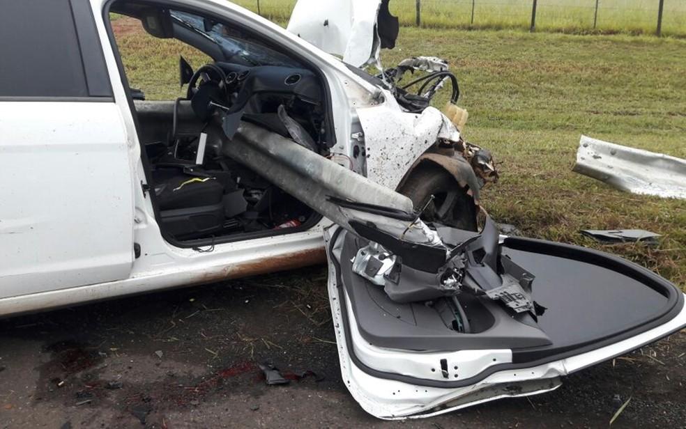 Grade de proteção da rodovia foi parar dentro do carro (Foto: Divulgação/Adriano Biscola)