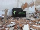 Área abandonada tem entulho, lixo e três sofás descartados em Piracicaba