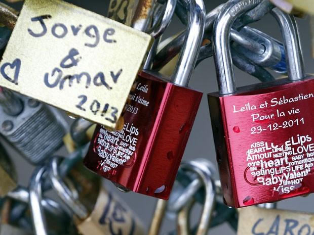 Cadeados enfeitam a Pont des Artes (Foto: Charles Platiau/Reuters)
