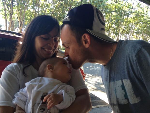 Ao lado da mulher, Ivone, Marco Aurelio Nefeire beija o filho Pedro Henrique, que ele vê pela primeira vez (Foto: Kleber Tomaz/ G1)