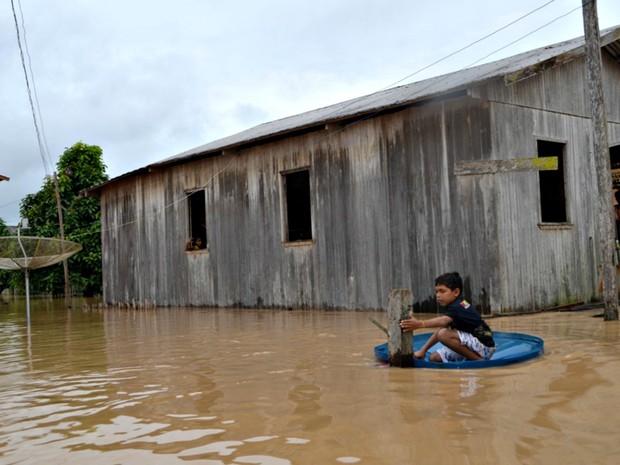 Moradores de Tarauacá (AC) enfrentam sexta cheia, em 2014 (Foto: Vanísia Nery/G1)