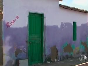Frente de casa em Riachão do Jacuípe marcada pela água que se aproximou do telhado (Foto: Imagens/TV Bahia)