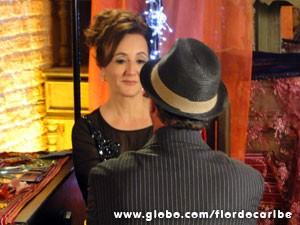 Duque chega fazendo draminha e melhora astral da cantora (Foto: Flor do Caribe/TV Globo)