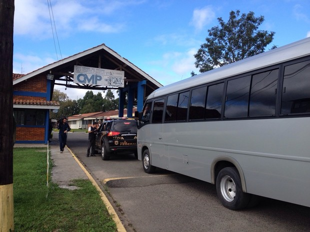 Ônibus chegou ao Complexo Médico Penal por volta das 9h (Foto: Ana Zimmermann/ RPC Curitiba)