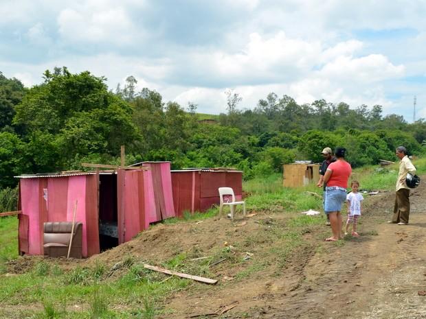 Barracos foram instalados em área verde da Prefeitura de Piracicaba (Foto: Fernanda Zanetti/G1)