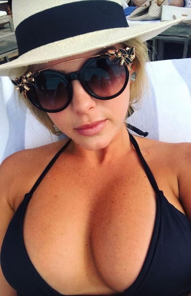 Bárbara Evans capricha no bronze e tira selfie em dia de piscina (Foto: Reprodução Instagram)