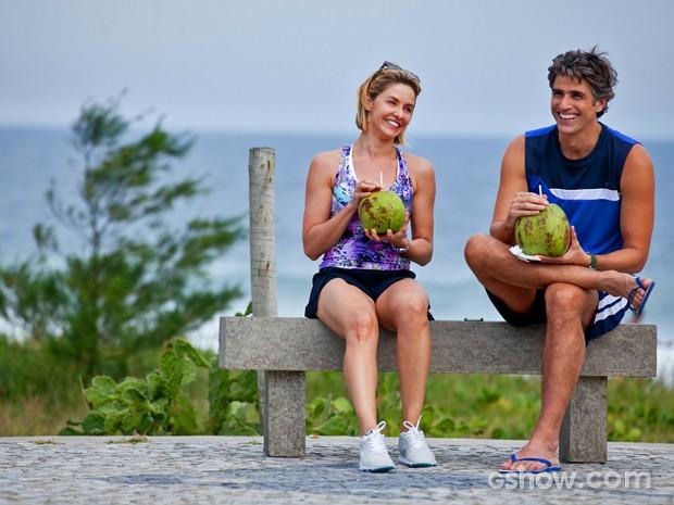 Nas cenas, Cadu e Silvia tomam água de coco e conversam juntinhos (Foto: Inácio Moraes/ TV Globo)