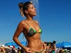 Ex-BBB Franciele Almeida tira onda e mostra barriga sequinha na praia