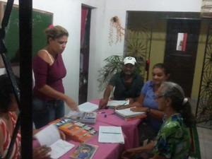 Idosos estão sendo inseridos no projeto de Educação de Jovens e Adultos no desafio de aprender a ler e escrever (Foto: Rafaela Souto/EJA)