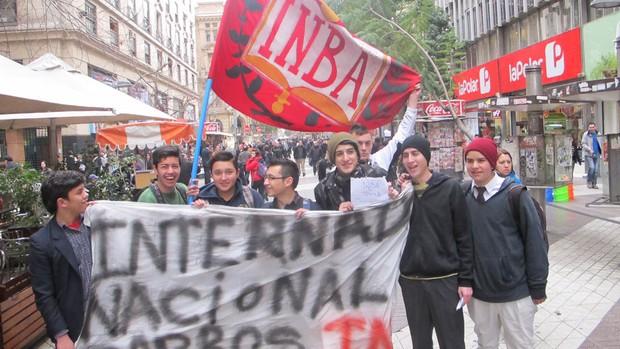 protesto chile santos (Foto: Marcelo Hazan / GloboEsporte.com)
